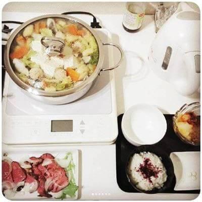 つみれと鱈の鍋 黄金イカ(なんだろこれ、スーパー玉様の惣菜+納豆&キムチ)の3色小鉢 夫のお土産ローストビーフ