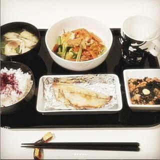 小松菜と厚揚げのキムチ炒め 鯵の半身塩焼き 白菜の味噌汁 モズクと和布納豆