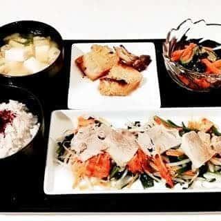 鱈の西京味噌付け焼き 小松菜と豆腐のお味噌汁 きゅうりの胡麻浅漬け 豚バラとにらもやしのポン酢蒸し