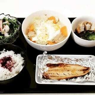 水炊き鍋の卵とじ 鯖の塩焼き 茄子と厚揚げ・ゴーヤの味噌煮 水菜とカニカマの梅サラダ