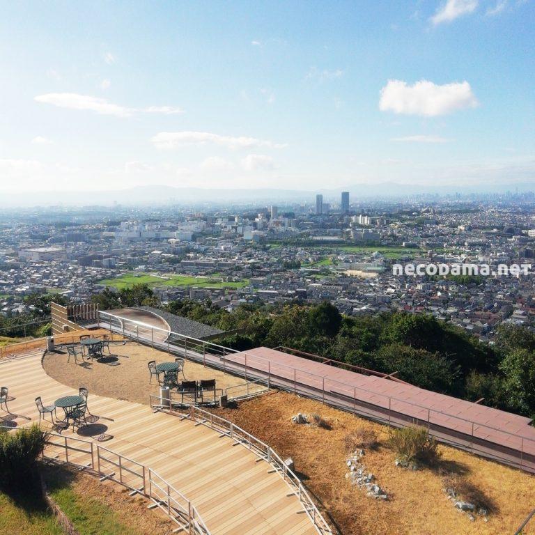 テラスの先には大阪平野が広がります