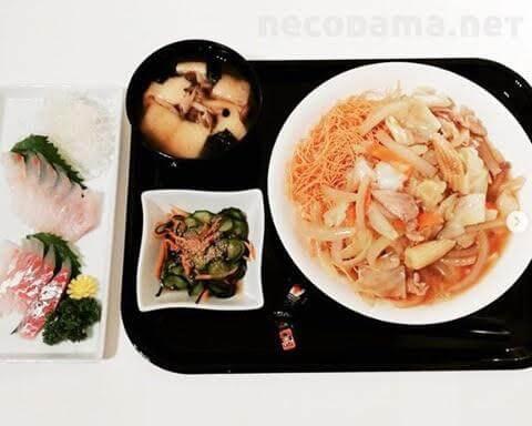 皿うどん 鯛のお刺身 納豆とお揚げのお味噌汁 胡瓜の酢の物