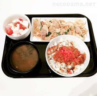 豚もやしのキムチ炒め ソースカツ丼 豆腐とチーズのサラダ めかぶ納豆汁