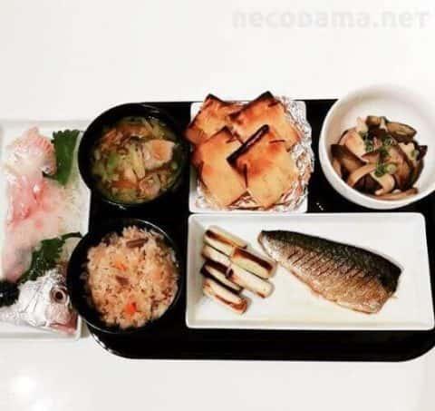 塩サバと焼きネギ チーズ納豆の巾着焼き 茄子とエリンギのポン酢炒め 豚とキャベツのおみそ汁 鯛のお刺身 炊き込みご飯