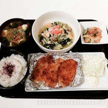 納豆と豆腐のお味噌汁 小松菜とカニカマの卵とじ 胡瓜とキャベツとろろ浅漬け 白身魚の揚げ焼き&千キャベ