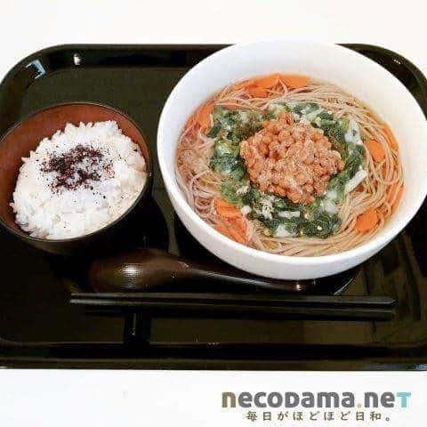 モロヘイヤと納豆の温かい蕎麦