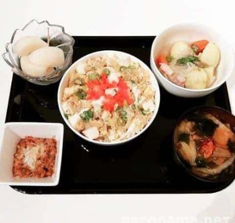 豆腐のふわ卵丼 白菜とキムチの胡麻みそ汁 塩豚じゃが 酢玉ねぎ納豆和え