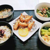 手羽焼きとピリ辛蒟蒻P献立*テレワの昼飯