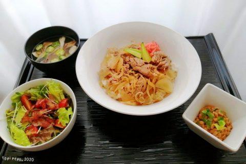 牛丼とカリカリベーコンのサラダ