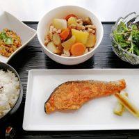 鮭のごま照焼きと根菜の田舎煮の晩ごはん