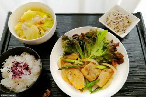 白身魚とアスパラのバター醤油野菜のそぼろ蒸し・もやしの香りあえ